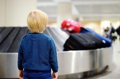 疲乏的儿童等待的行李在机场 免版税库存图片
