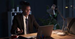 疲乏的商人沮丧与后膝上型计算机问题在夜 影视素材