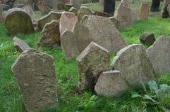 疲乏的墓石 库存照片
