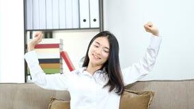 疲乏的女商人工作在家庭办公室的,有头疼的繁忙的亚裔女孩在工作,健康问题,忧虑 影视素材