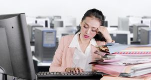 疲乏的女商人看起来困和打呵欠 股票录像