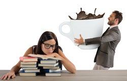 疲乏的女孩需要咖啡因 免版税库存图片