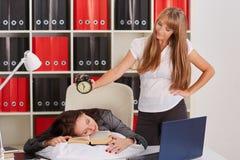 疲乏的女实业家在办公室 库存照片