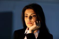 年轻疲乏的女实业家工作的特写镜头画象 免版税库存图片