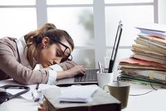 疲乏的女实业家 免版税库存图片