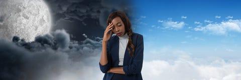 疲乏的妇女和日夜虚度多云天空对比转折 免版税库存照片