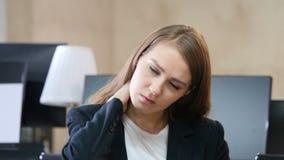 疲乏的妇女在充满脖子痛的办公室 股票录像
