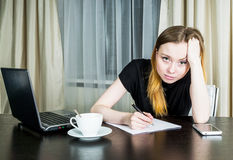 疲乏的妇女在办公室 免版税库存照片