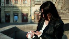 疲乏的妇女头疼 接触头用在街道的手的生气女孩画象 股票视频