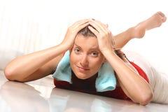 疲乏的妇女年轻人 免版税图库摄影