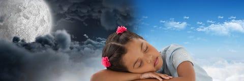 疲乏的小女孩和日夜虚度多云天空对比转折 免版税库存照片