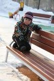 疲乏的小男孩在冬天公园 免版税库存图片