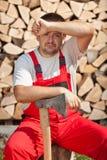 疲乏的工作者做砍木柴 图库摄影