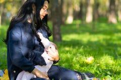 疲乏的母亲哺乳的婴孩在豪华的城市公园 免版税库存照片
