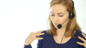 疲乏的电话中心代表谈话在热线服务电话,耳机电话推销女性电话中心代理在工作 慢 股票视频
