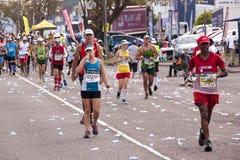 疲乏的竞争者在Ultra Marathon同志竞争 图库摄影