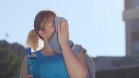 疲乏的肥胖妇女赛跑者饮用水画象  股票视频