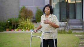 疲乏的资深妇女有心脏问题在走与步行者以后 影视素材
