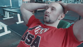 疲乏的运动员做腿的锻炼 股票录像