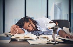 疲乏的经理需要咖啡因 免版税库存照片