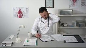 疲乏的医生人在有令人讨厌的人的办公室 股票视频