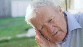 疲乏,哀伤的前辈画象认为并且看照相机4K 股票录像