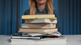 疲乏,恼怒,被用尽的学生,学生投下了她的在堆的头书 批次工作 特写镜头 股票录像