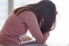 疲乏年轻沮丧的妇女单独坐,哀伤和,有prob 免版税库存照片