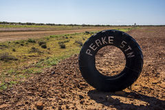疲倦在Oodnadatta轨道的土路在澳大利亚的澳洲内地 库存图片