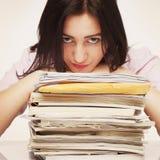 疲倦的和被用尽的妇女与文件一起使用(心理 图库摄影