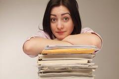 疲倦的和被用尽的妇女与文件(psychologica一起使用 免版税库存图片