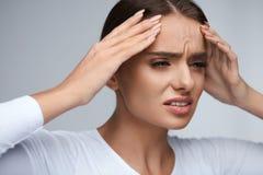 头疼痛苦 有美丽的妇女痛苦的偏头痛 健康 免版税库存照片