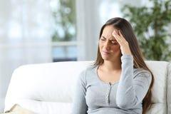 头疼遭受的妇女 库存图片
