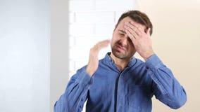 头疼,沮丧的中部年迈的人 股票视频