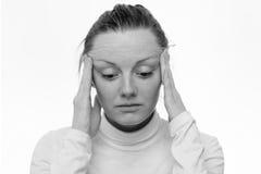 头疼 关闭一名哀伤的妇女的画象 免版税图库摄影
