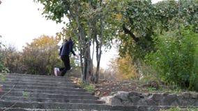 疾走在秋天公园 股票录像