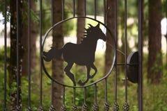 以疾驰的马的形式金属篱芭 免版税库存图片
