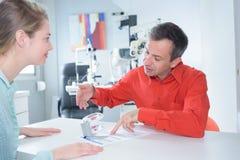 病人和医生有医疗材料 免版税库存图片