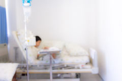 病人的被弄脏的图象有滴水的在背景的医院我们 库存照片