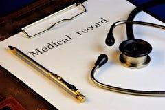 病历听诊器 医学—学习疾病的科学,防止和带领他们的成功 库存图片