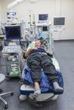 病态资深在医院病床上 库存图片