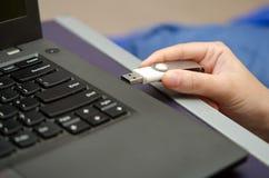病毒USB拇指驱动接通对便携式计算机口岸 库存图片