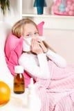 病的女孩吹的鼻子 库存图片
