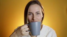 年轻病的女孩喝着从杯子的医学 股票录像