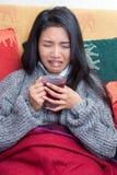 病的妇女饮用的茶 库存照片