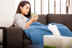 病的妇女饮用的茶 免版税图库摄影