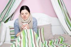 病的妇女以温度休息 图库摄影