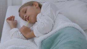 病的孩子在床上,与温度计的不适的孩子,女孩在医院,药片医学 股票视频