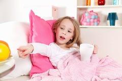 病的孩子在床上 免版税图库摄影