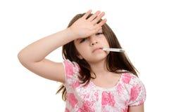 病的孩子用在前额的手 库存图片